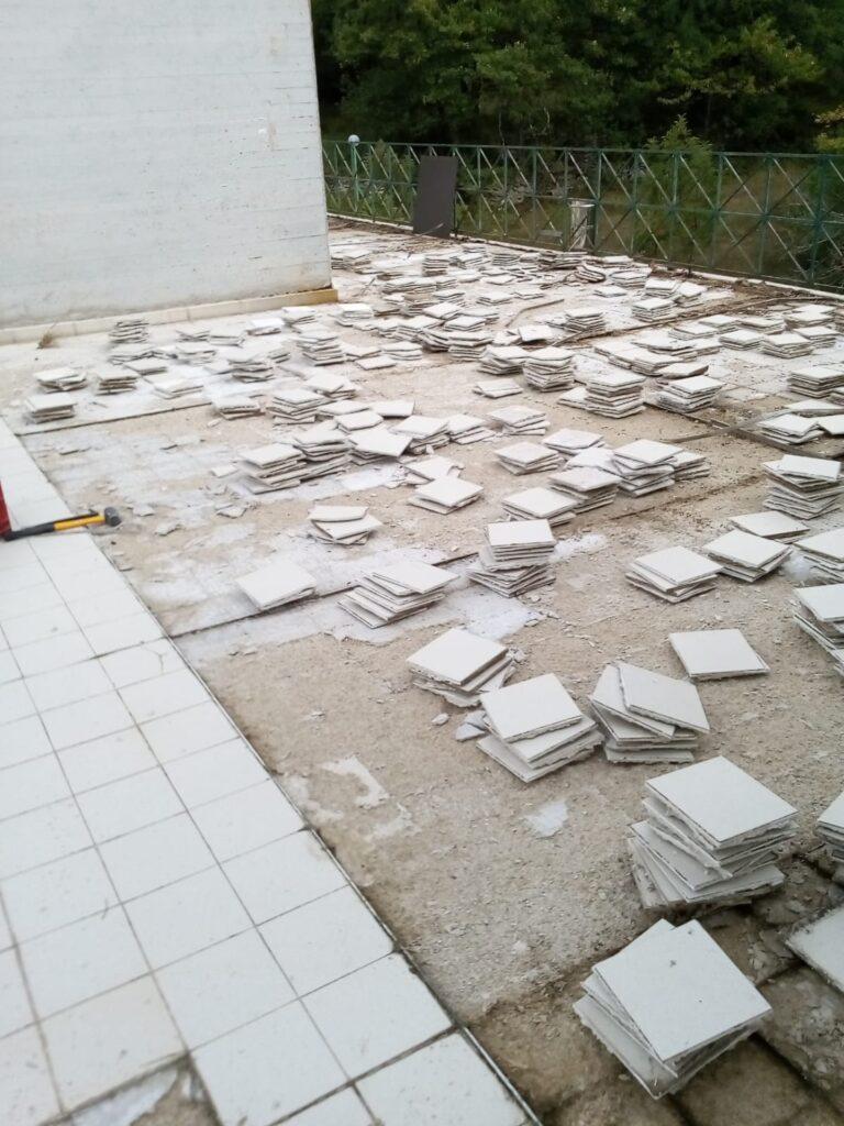 Terrazzo dell'hotel con pavimento smantellato