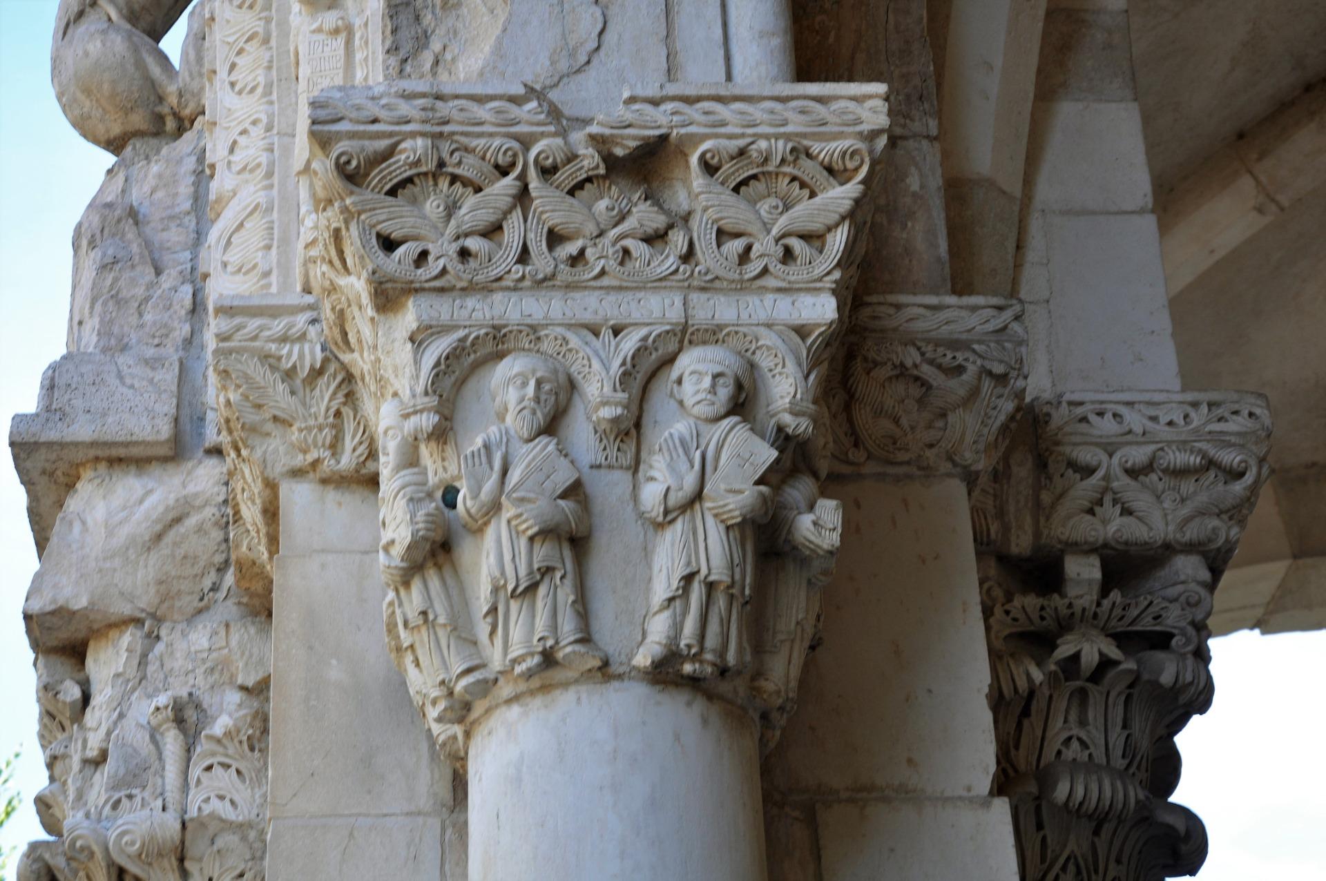 Dettaglio di una colonna scolpita di una basilica abruzzese