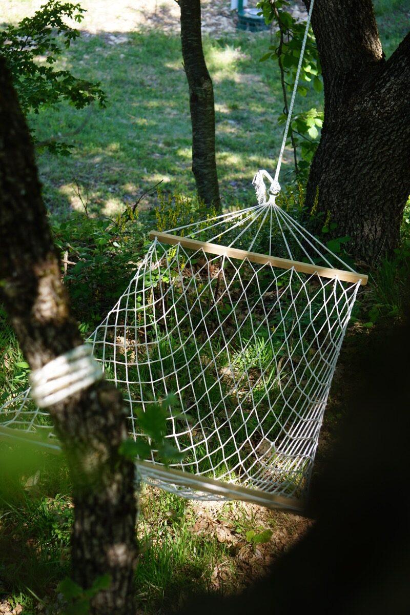 amaca del campeggio appesa a due alberi